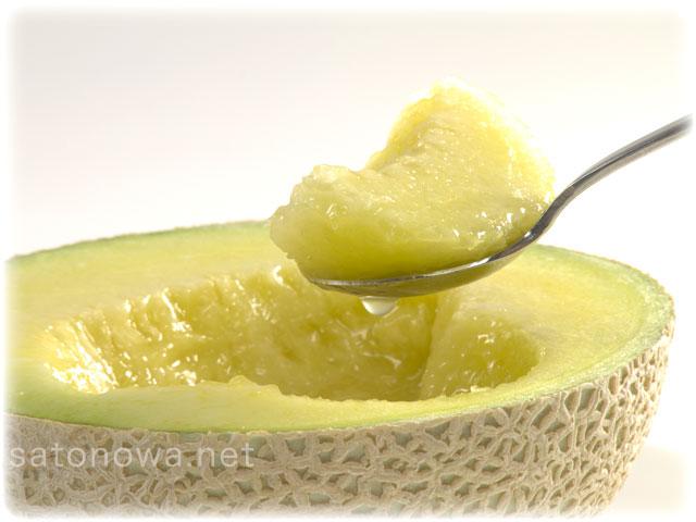 エメラルドメロンを真っ二つに割って、スプーンですくって食べる「贅沢割 <p><img src=